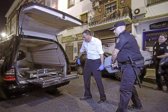 Traslado del féretro del sacerdote asesinado, en su casa de la calle...