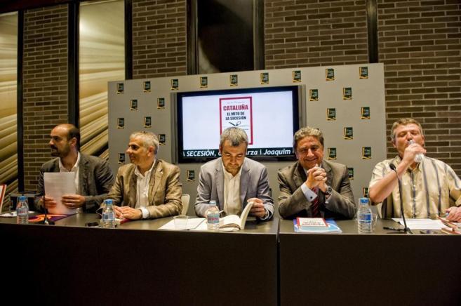 Juan Arza y Joaquim Coll (SCC) junto a los representantes de C's,...