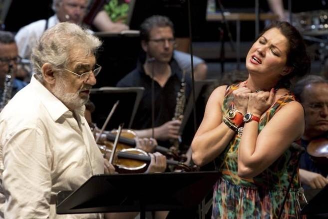 Plácido Domingo y la soprano rusa Anna Netrebko, en un ensayo de la...