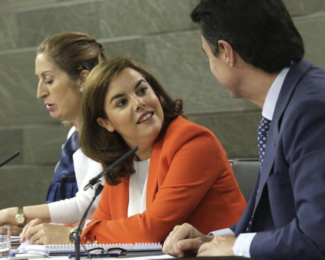 Soraya Saénz de Santamaría junto a Ana Pastor y José Manuel Soria...