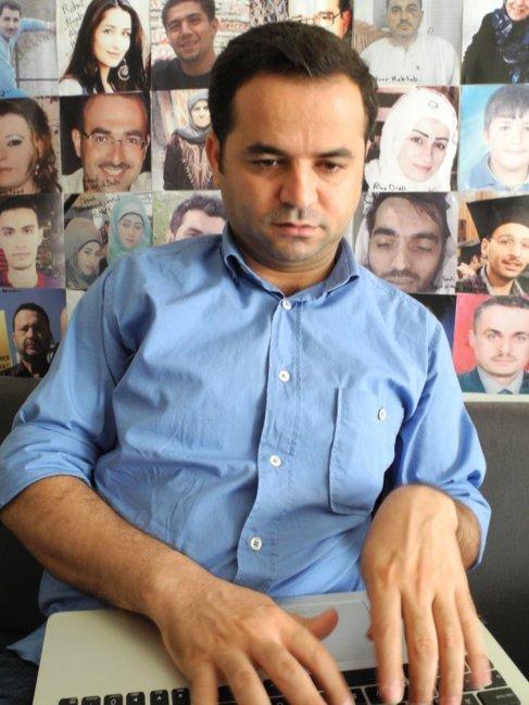 Bassan Ahmad teclea los nombres de los fallecidos que va contando.