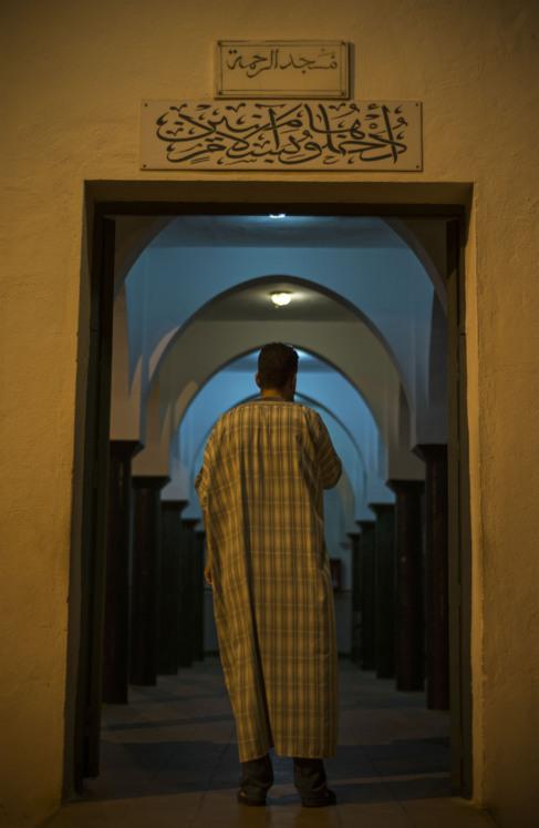 El guardia civil Yamal este miércoles entrando a rezar a la mezquita...