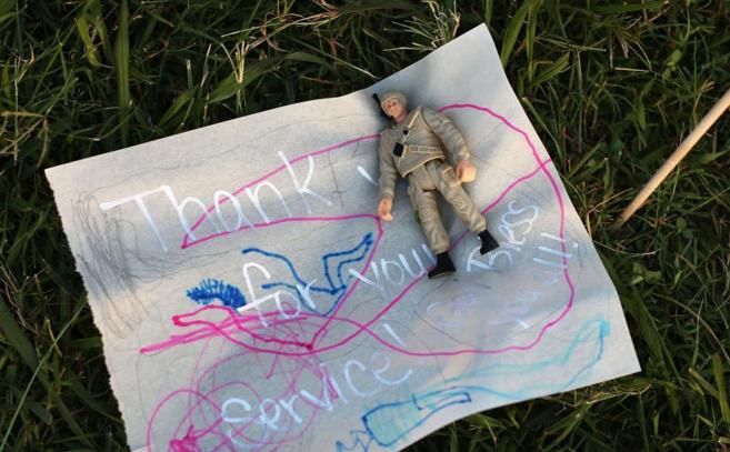 Un soldado de juguete, depositado en el memorial por las víctimas del...