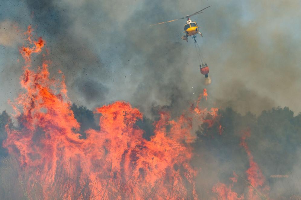 Uno de los helicópteros que se han trasladado a la zona para ayudar,...
