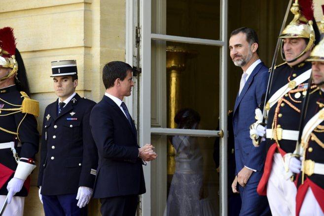 El primer ministro francés, Manuel Valls, y Felipe VI, el 3 de junio...