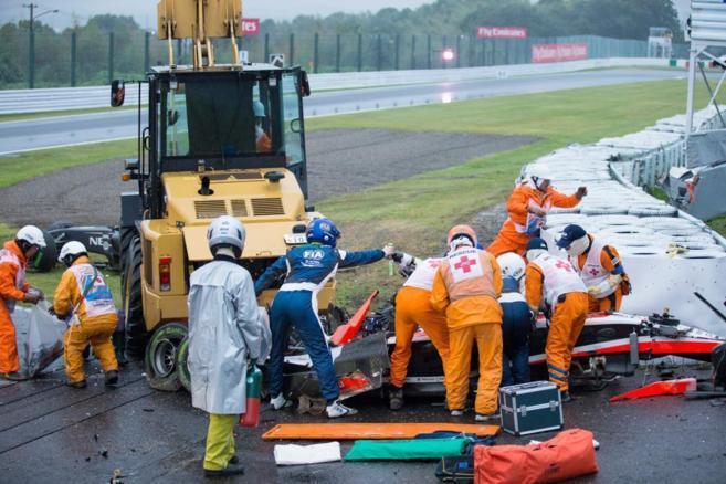 Doctores y comisarios atienden a Bianchi en el accidente del GP de...