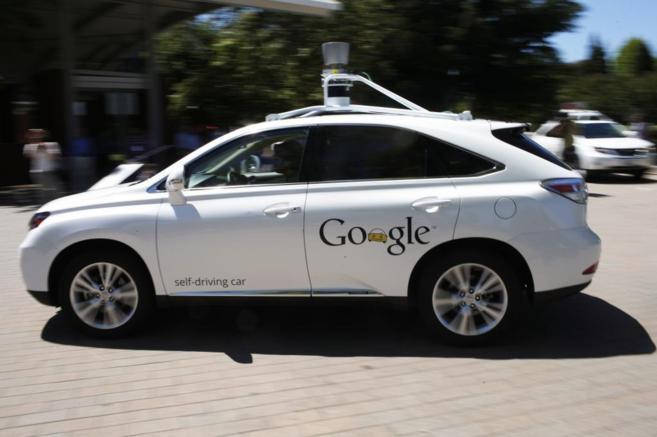 Vehículo de Google autodirigido circulando tras una presentación en...