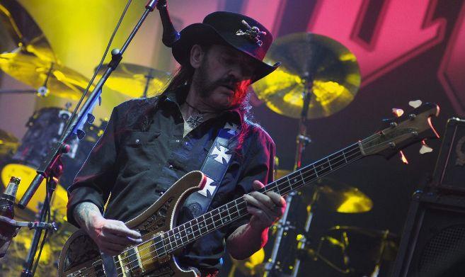El bajista y vocalista del grupo Mötorhead, Lemmy Kilmister, durante...