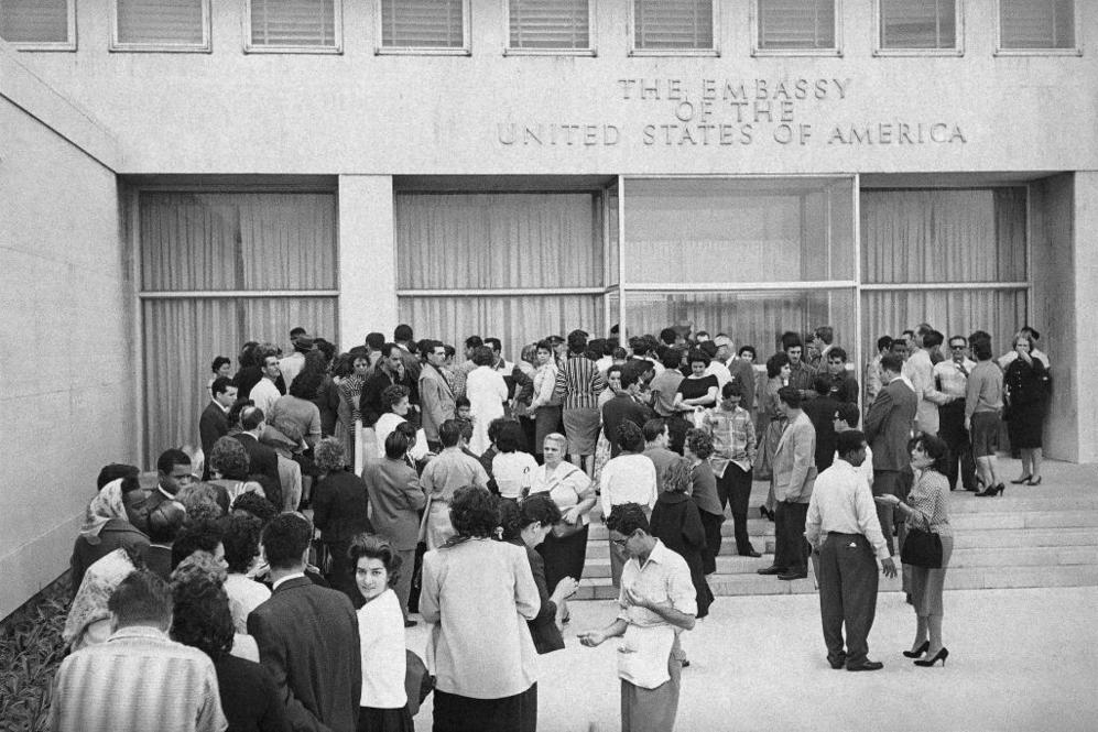 Cubanos, frente a la embajada estadounidense en La Habana, el 3 de...