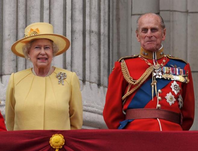 Felipe de Edimburgo y su esposa, la reina Isabel II, en el balcón de...