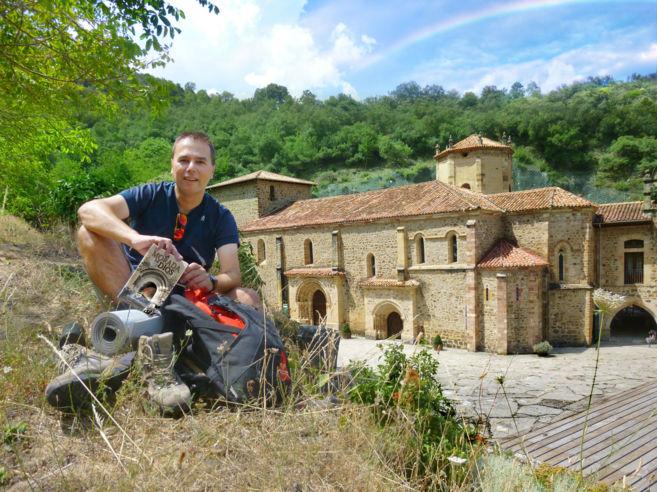José María Cuenca posa con su libro ante el monasterio de Santo...