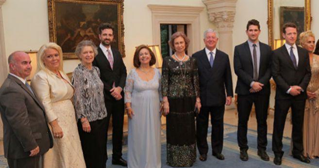 La Reina Sofía, en el centro, con los anfitriones. A la izquierda, su...