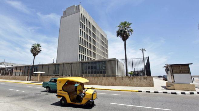Una mototaxi pasa frente al edificio que recupera el rango de embajada...