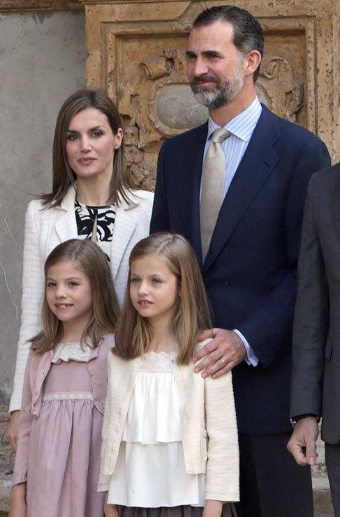 Los Reyes Felipe y Letizia con sus hijas Leonor y Sofía.