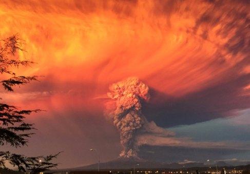 Erupción del voclcán Calbuco, vista desde la ciudad de Puerto Montt...