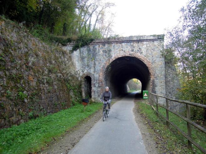A les vies verdes solen haver-hi túnels. Porteu sempre una llum.