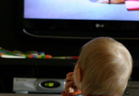 Un niño ve la tele