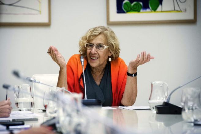 Manuela Carmena, alcaldesa de Madrid, en una reunión con su equipo de...
