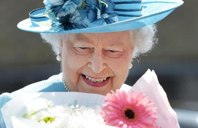 La reina Isabel II de Inglaterra, durante una visita en las calles de...