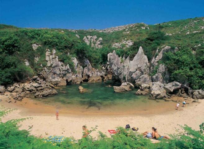 La playa de Gulpiyuri en el municipio asturiano de Llanes.