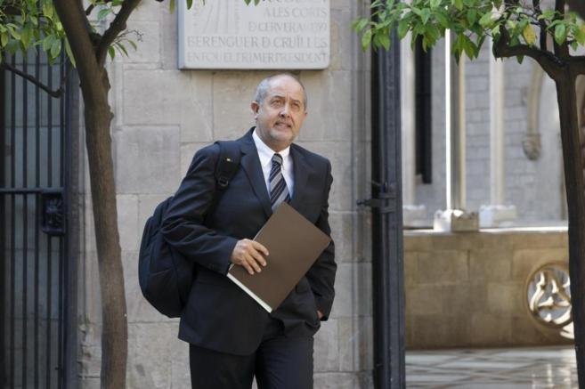 El conseller Felip Puig entrando a la reunión del Govern en el Palau...
