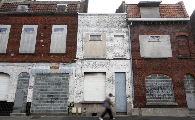 Fachada de un bloque de varias viviendas en desuso en la ciudad de...