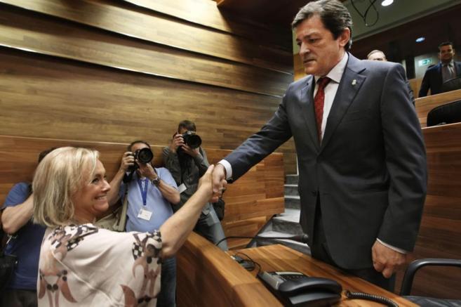 Javier Fernández saluda a Mercedes Fernández en la sesión de...