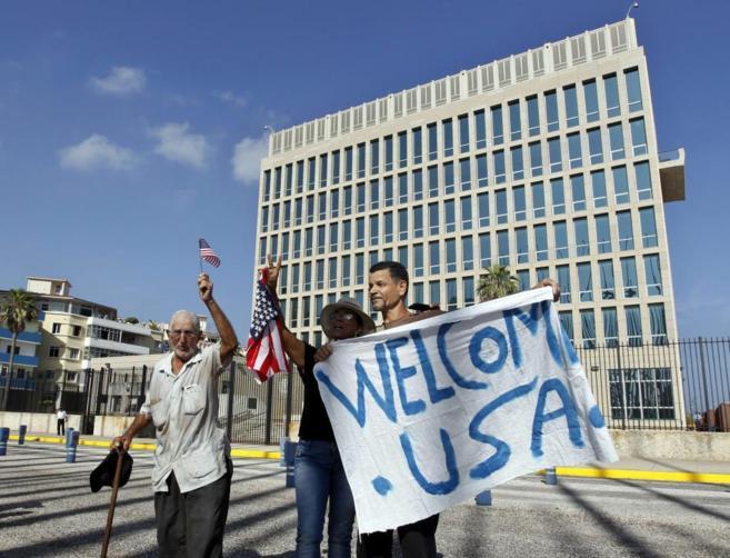 Un grupo de personas sostiene una pancarta frente a la embajada de...