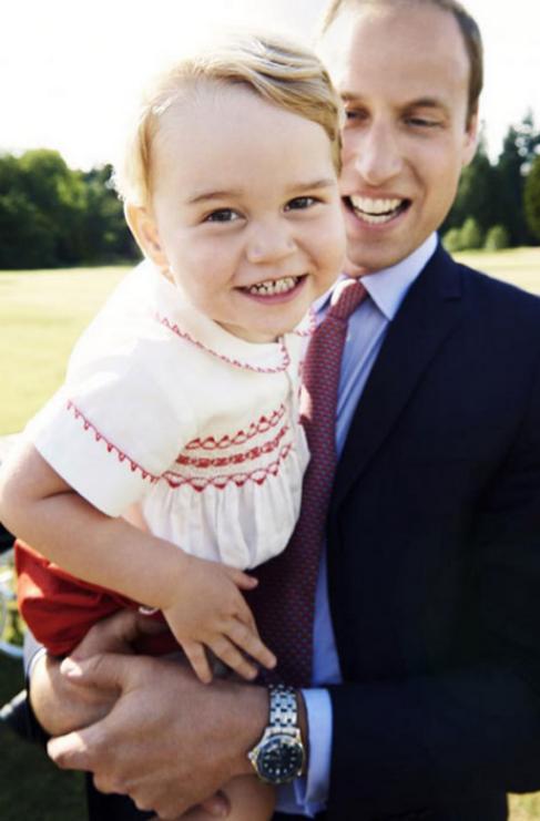 Guillermo sostiene al príncipe Jorge en brazos.