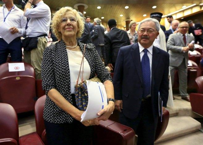 Manuela Carmena, alcaldesa de Madrid, junto a su homólogo en San...