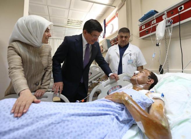 Davutoglu visita a los heridos del ataque perpetrado ayer en Suruc.