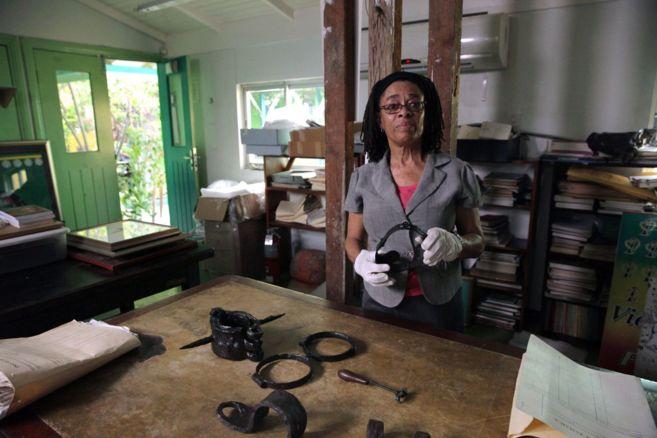 La archivera Laura Codling, una archivista del documental...