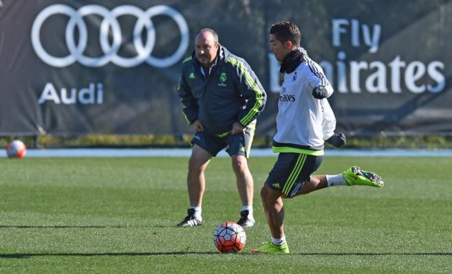 Rafael Benítez observa con atención a Cristiano Ronaldo en un...