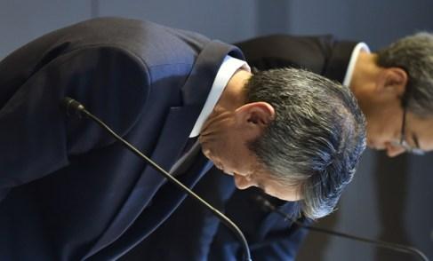Hisao Tanaka haciendo una reverencia de disculpas.
