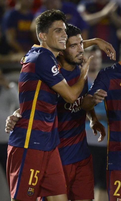 Luis Suárez celebra con Bartra el primero gol del partido anotado por...