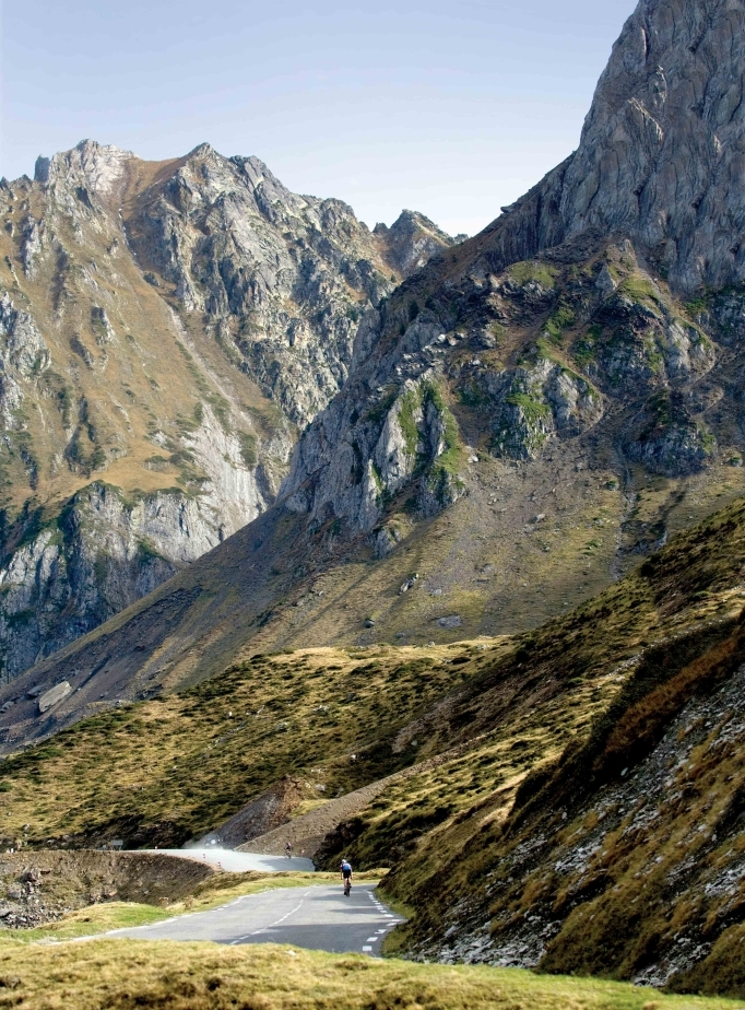 """<b>TOURMALET* </b> (Altos Pirineos, Pirineos Centrales, Francia). Altitud 2.215 metros / Longitud 18.8 km / Pendiente media: 7.4% / Pendiente máxima: 13% (km 4 y 8). Más que una montaña, trasciende como monumento del ciclismo: casi 80 Tours. No existe """"una carretera asfaltada más alta en Los Pirineos y tampoco con su halo de historia comparable (...) un escenario de heroismo, tragedia y comedia"""". """"En 1927 el belga <b>Gustaaf van Slembrouc</b> avanzaba hacia la cima dando bandazos con un cigarrilo en la boca... y al día siguiente ganó la etapa en Perpignan"""". Dos monumentos hablan de su vinculación centenaria, a sangre y fuego, con las dos ruedas, una de <b>Jacques Goddet</b> (director del Tour de 1936 y 1987) y otra de <b>Octave Lapieze</b>, el primer corredor en coronar la cumbre en 1910 tras recorrer parte del trayecto andado y gritar. '¡Asesinos!'."""