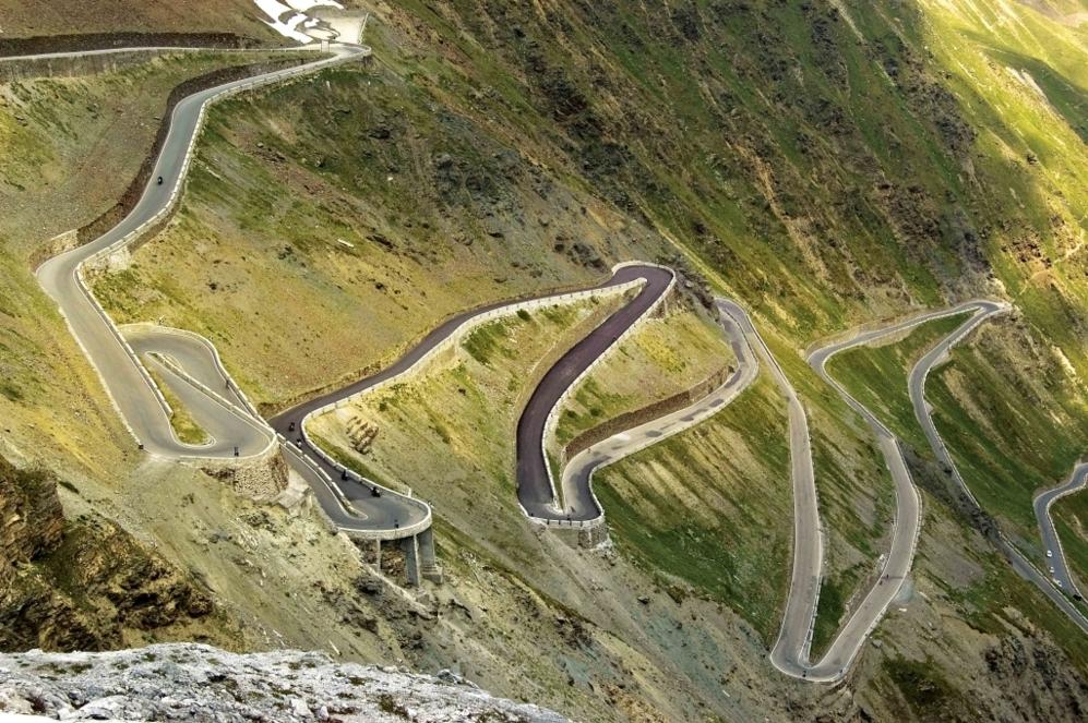 """<b>STELVIO*.</b>  (Desde Ponte di Stelvio / Trentino-Alto Adigio, Italia) Altitud: 2758 metros / Longitud 24.3km / Pendiente media: 7.4%/ Pendiente máxima: 9.2% (entre los km 17 y 18). Coppi pensó que """"moría escalando"""" la montaña sagrada en el Giro de 1953, mientras para <b>Marco Pinotti </b>supone años después una especie """"de experiencia ascética"""". Sobre esta 'serpiente de asfalto' de cinco túneles, 21.5 km y 1.541 metros de escalada se han escrito algunas de las más memorables páginas de la 'corsa rosa'. <b>Coppi</b>,<b> Charly Gaul</b>, <b>Hinault</b>... Su inclusión como la del Gavia está siempre pendiente de la nieve, un quebradero a veces para los organizadores."""