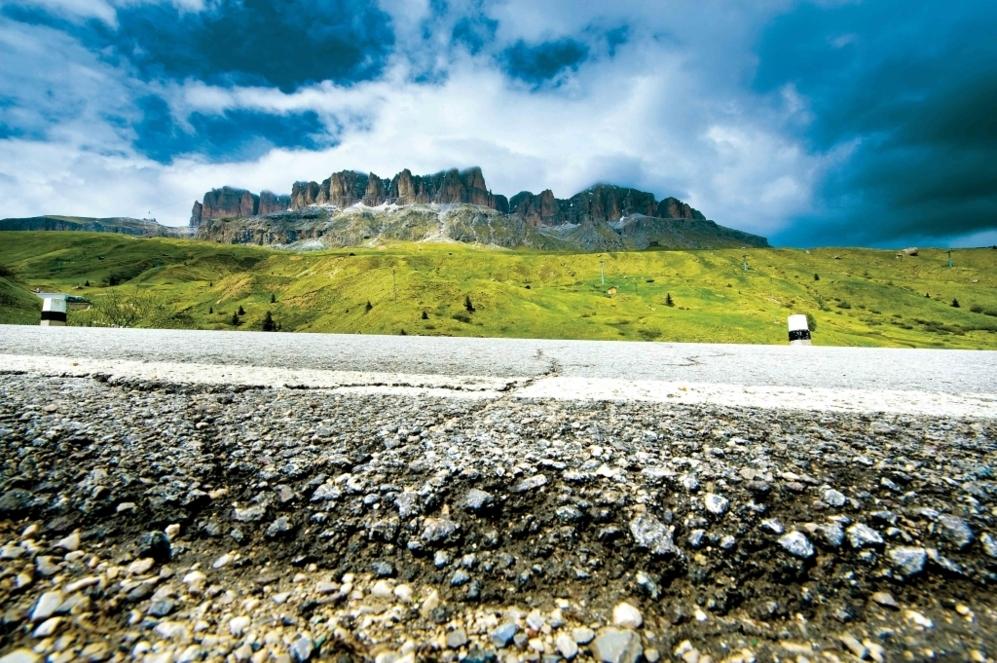 """<b>PORDOI*.</b>  (Desde Arabba / Véneto, Dolomitas / Italia). Altitud 2.239 m / Longitud 9.4 km /Pendiente media: 6.8% / Pendiente máxima: 9.7%. En esta 'inconfundible' esencia dolomítica entre La Marmolada y el Paso di Sella, Coppi giró a la derecha y <b>Gino Bartali</b>  siguió recto sin darse cuenta. Cuando rectificó su 'colega' ya se había escapado hacia el triunfo en el Giro de 1940. Allí 'il campeonissimo' tiene una estatua, que recuerda las cinco veces que pasó primero por su cima. """"En 1940 mientras yo me exprimía y Bartali me ayudada a defender el maillot rosa, no pensaba que el Pordoi fuera a convertirse en mi montaña. Fui primero en la cumbre cinco veces, quizá porque en esa zona se podía respirar de maravilla""""."""