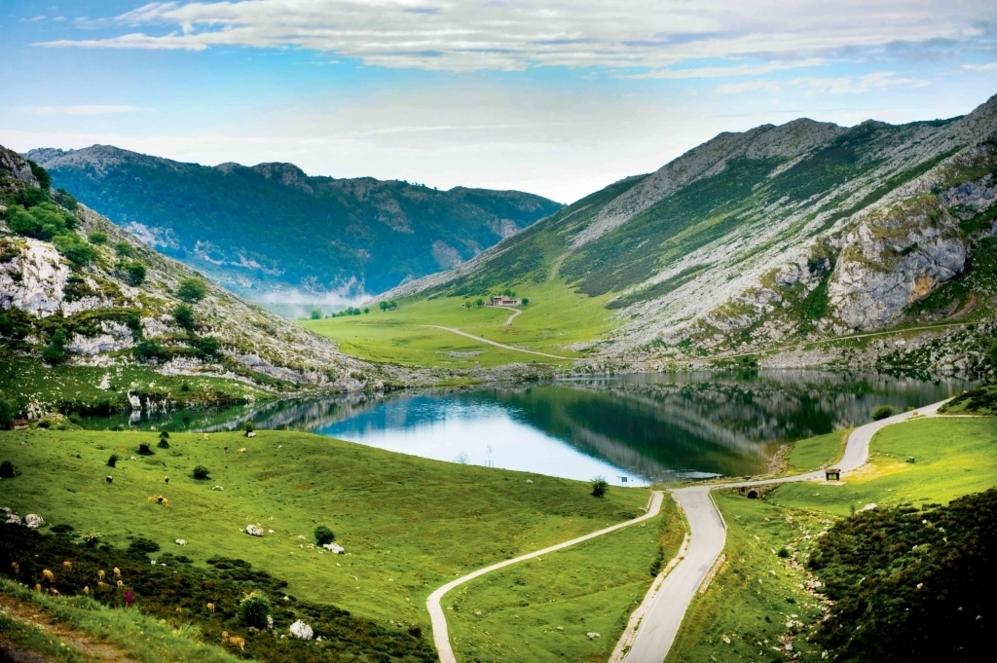 """<b>LAGOS DE COVADONGA</b>  (Asturias, España). Altitud 1.135 metros/ Longitud 14.2 km /Pendiente media 6.87% / Pendiente máxima: 15% (en la Huesera, km 12). Desde que el 2 de mayo de 1983 <b>Marino Lejarreta</b> los ascendiese se ha creado una mística, a la que ayudó mucho <b>Bernard Hinault</b> al compararlos con Alpe d'Huez. Fama universal en 17 ascensiones de este auténtico santuario de La Vuelta a España que han conquistado los más ilustres ganadores. """"En 1985 <b>Indurain </b> perdía el maillot de líder en Los Lagos en favor de <b>Perico Delgado</b>, y, once años y cinco Tours de Francia después, la carrera de Indurain terminó antes de su escalada, en el hotel El Capitán, en Cangas de Onís, donde el Banesto iba a parar la noche""""."""