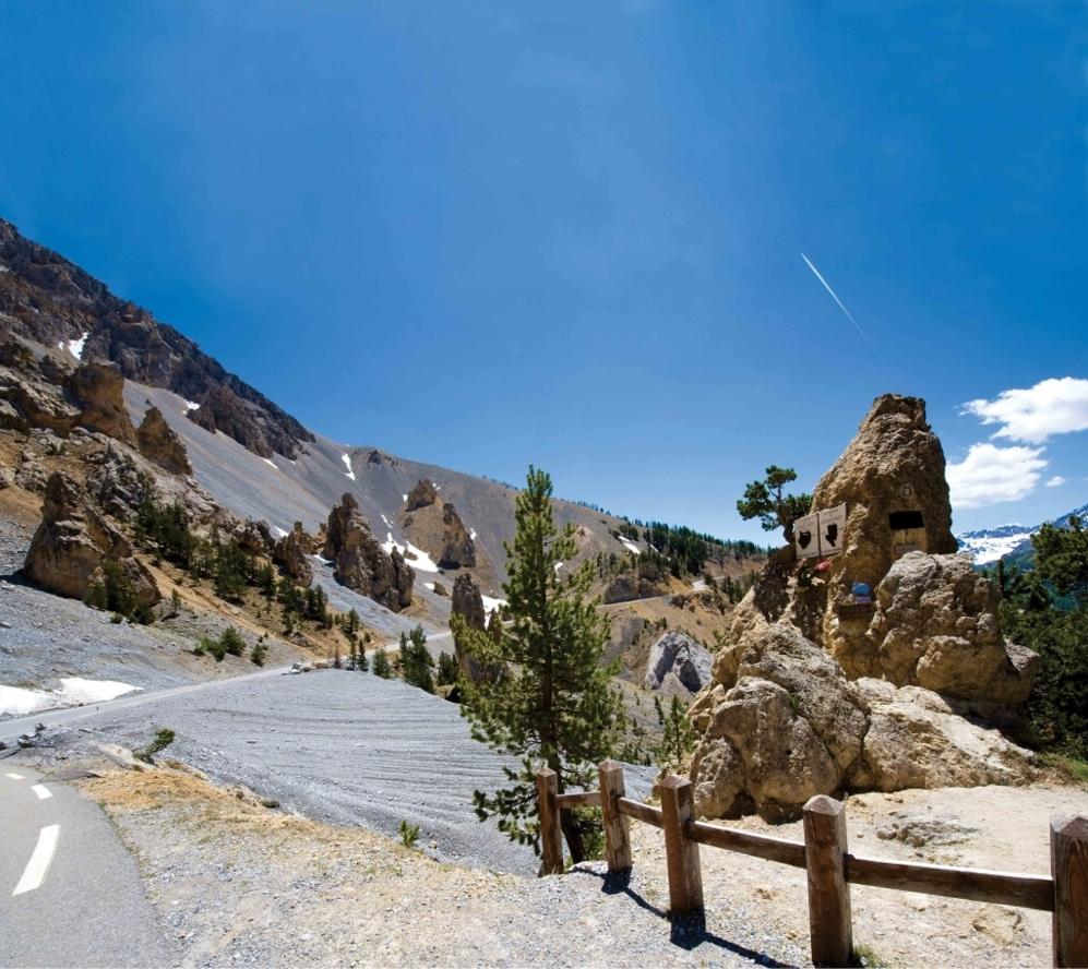 """<b>IZOARD* </b> (Desde Guillestres,/ Altos Alpes, Francia). Altitud: 2360 metros/ Longitud: 15.9 km / Pendiente media: 6.9% / Pendiente máxima: 14.5%. En esta """"versión actual del infierno"""" (<b>Jacques Goddet</b>) se han escrito algunas de los más bellos pulsos de la historia del ciclismo, de <b>Bartali</b> vs <b>Coppi</b>, de <b>Bobet, Eddy Merckx, Pantani</b> y cia contra la motaña. """"El Izoard es intrigante, como una historia que te mantiene despierto toda la noche y no se acaba nunca. Porque el Izoard no acaba, es interminable. Puede parecer manso o tranquilo, y hacerte creer que lo estás derrotando, pero nada de eso. Cuando llega una curva y te dispones a respirar o dar un suspiro de alivio, te golpea las piernas con una rampa que acabaría con un mulo"""". Las placas de Louison Bobet y Fausto Coppi seguirán siendo testigos."""