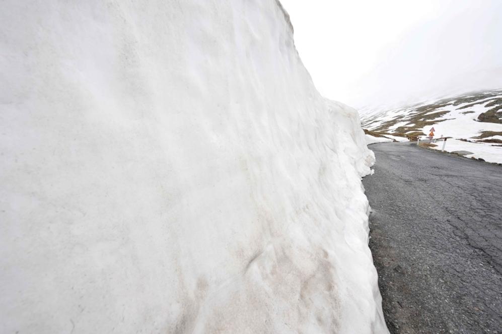 """<b>GAVIA*.</b>  (Desde Ponte de Legno/ Lombardia, Italia). Altitud 2621 metros / Longitud: 17.3 km/ Pendiente media: 7.9% / Pendiente máxima: 16%. El Ángel de las Montaña, <b>Charly Gaul</b>, estrenó al 'Bimbo Terribile' de Italia en 1960, el infierno helado con algunas rampas en herradura. Casi siempre a merced de la nieve que ha hecho suspender varias subidas, un quebradero de cabeza siempre por motivos de seguridad para los organizadores. """"Un viaje, una aventura, una novela, una travesía nórdica, septentrional, polar"""", según La Gazzetta."""