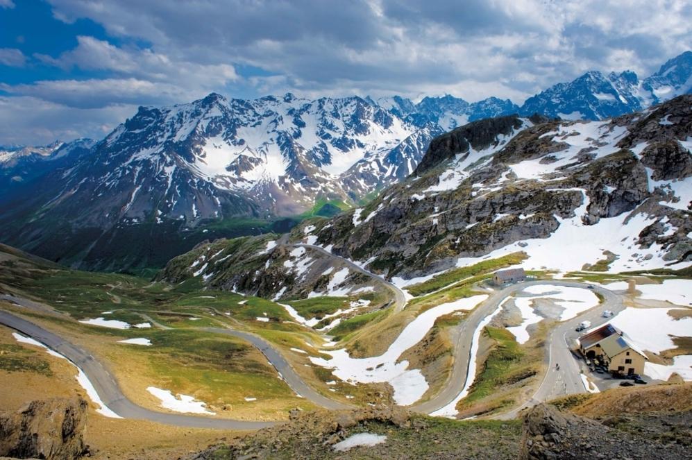 """<b>GALIBIER* </b> (Por el puetro del Telegraphe). Altitud 2.642 m / Longitud 35.25km / Pendiente media: 5.48% / Pendiente máxima 15% (km, 6.5). La gran joya del Tour, para muchos la más difícil por su extensión y por la altitud. Las 59 veces que se ha subido por una de sus tres vertientes dan para innumerables batallas de escalada, glorias sonadas, rotundos desfallecimientos, y siempre 'via crucis' del sufrimiento. También misterios como el <b>Bartali </b>'vs' <b>Coppi</b>, de quien le ofreció agua a quién en 1952. """"No eludirá la responsabilidad de afirmar que en comparación con el Galibier, no sois más que vulgares e inofensivos bebés. ¡Ante este gigante, sólo podemos quitarnos el sombrero e inclinarnos!"""", exclamaba su adulador <b>Henri Desgrange</b>, el fundador del Tour y para quien se construyó en la cima del coloso un monumento en su honor"""