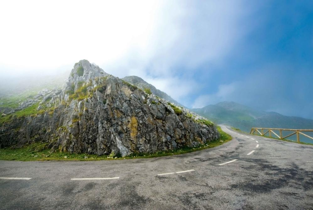"""<b>ANGLIRU*.</b> (Asturias, España) Altitud: 1.573 metros /Longitud 12.5 km / Pendiente media: 10.13% / Pendiente máxima 23.5% (en la Cueña les Cabres, km 11). Para sus defensores, un verdadero espectáculo, la quintaesencia de las escaladas... Para sus detractores, un absurdo, lo más cercano al masoquismo, sobre todo en la temible 'Cueña les Cabres' con curvas de hasta el 23.5%. Desde luego, sus últimos siete kilómetros con una pendiente media superior al 13% (rampas de 17, 18 y 20%) le hacen concitar el odio. """"¿Qué sentido tiene subir en bici una montaña que se escalaría más rápido a pie?"""" (<b>Marzio Bruseghin</b>). """"Una subida tan angustiosa es incompatible con el interés deportivo"""" (<b>Patrice Halgand</b>). """"¿Qué es lo que quieren? ¿sangre? Nos piden que seamos limpios y evitemos el dopaje y luego obligan a los corredores a subir barbaridades de este tipo"""" (<b>Vicente Belda</b>). Para sus enamorados, está claro: """"Igual que la gente dice que los Lagos de Covadonga es el Alpe d'Huez español, el Gamonal podría igualar y hasta eclipsar -y no exagero al Mortirolo italiano"""", según su gran promotor, <b>Miguel Prieto</b>. Sea como fuere, las cinco veces que se ha subido el show del camina o revienta en una ascensión de deslumbrante belleza: """"Es como mirar por la ventanilla de un avión"""" (<b>Tony Rominger</b>)."""