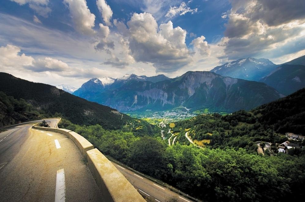 """<b>ALPE d'HUEZ* </b> (Isere, norte de los Alpes, Francia). Altitud: 1803 m / Longitud: 13. 1 km / Pendiente media: 8.19%/ Pendiente máxima: 12%. Quien gana allí es historia del Tour. Más que dureza, el símbolismo de Los Alpes hecho tradición con esas célebres 21 curvas que llevan los nombres de uno o varios de sus triunfadores. Unas 300 personas al día lo suben y comparan sus tiempos con<b> Coppi </b> (45 minutos, 22 segundos), <b>Pantani </b>, que tiene el récord desde 1995 (36 minutos, 50 segundos), o <b>Lance Armstrong </b>, ganador en 2001 y 2004, que los subió en ambos casos 20 segundos más lentos que 'El Pirata'. """"El Tourmalet, el Galibier y el Izoard eran las escaladas más míticas, pero esos tres puertos se han visto superados en notoriedad por Alpe D'Huez. Con sus 21 curvas, sus empinadas rampas y su multitudinario público se ha transformado en una escalada hollywoodiense"""" (Jacques Augendre, historiador del Tour)."""