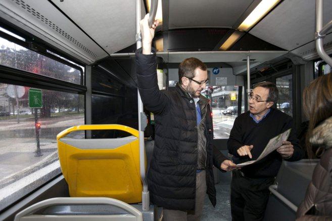 Javier Maroto, en un autobús urbano de Vitoria.