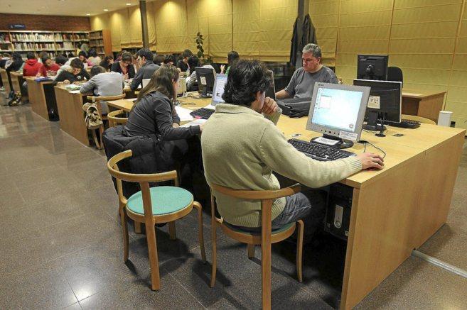 Ciudadanos utilizan la zona de Internet de una biblioteca pública.