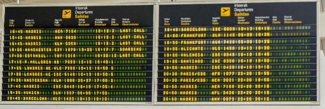 Paneles informativos en el aeropuerto de Bilbao.