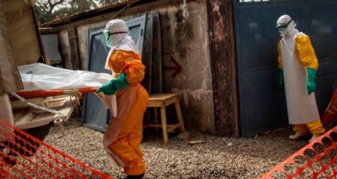 Trabajadores médicos en Conakry