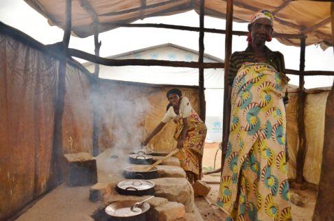 Mujeres preparan la comida en Mahama.