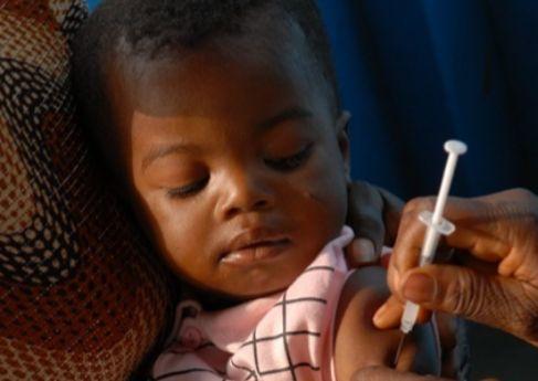 Un bebé es vacunado